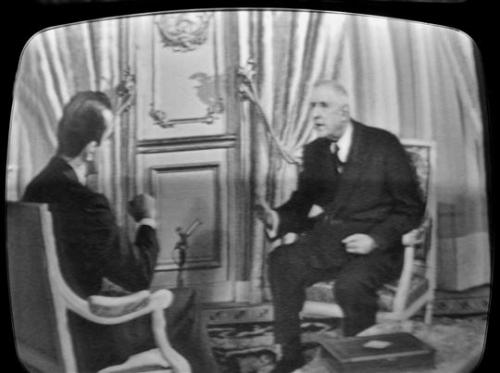 photo-datee-du-14-decembre-1965-du-general-de-gaulle-(d)-repondant-aux-questions-du-journaliste-mich.jpg