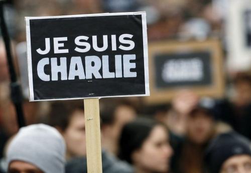 une-personne-brandit-une-affichette-je-suis-charlie-lors-de-la-marche-republicaine-organisee-en-hommage-aux-victimes-le-11-janvier-2015-a-paris_5193017.jpg