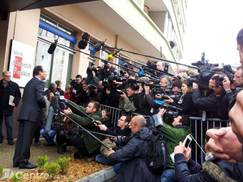 hollande-devant-les-journalistes-avant-son-vote-premier-tour_679537.jpeg